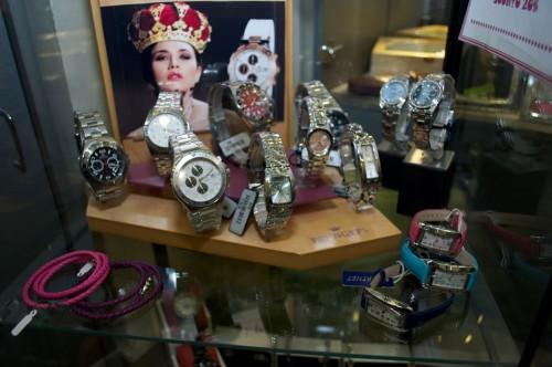 orologi esposti nel negozio di orologeria