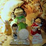 Angeli musicali e collane argento nella vetrina natalizia di Mastro Orologiaio